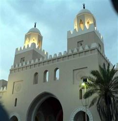 Masjid Dzul Hulaifah terletak di sekitar 8 KM sebelah selatan kota Madinah
