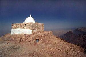 قبر منسوب إلى هارون على قمة جبل هور غرب الأردن