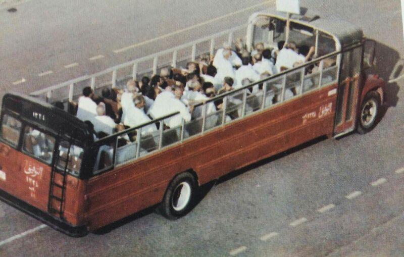 Berkas:انتقال حجاج با اتوبوس بدون سقف.jpg